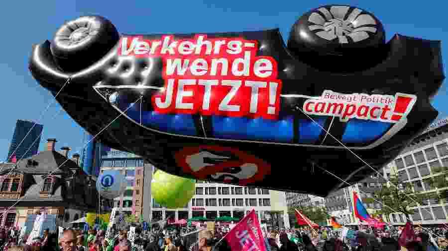 Milhares de ambientalistas marcharam neste sábado (14) em Frankfurt - Wolfgang Rattay/Reuters