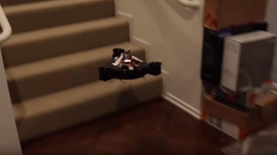 Com três hélices acopladas, robô aspirador modificado ganhou o poder de voar - YouTube/Reprodução