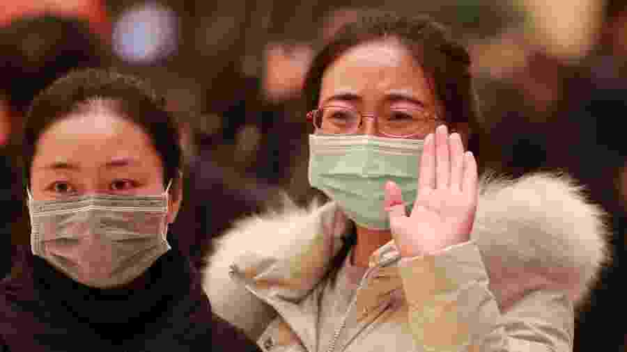 04.fev.2020 - Familiar se despede de time médico que partiu para Wuhan, epicentro do coronavírus na China - Du Zheyu/Xinhua