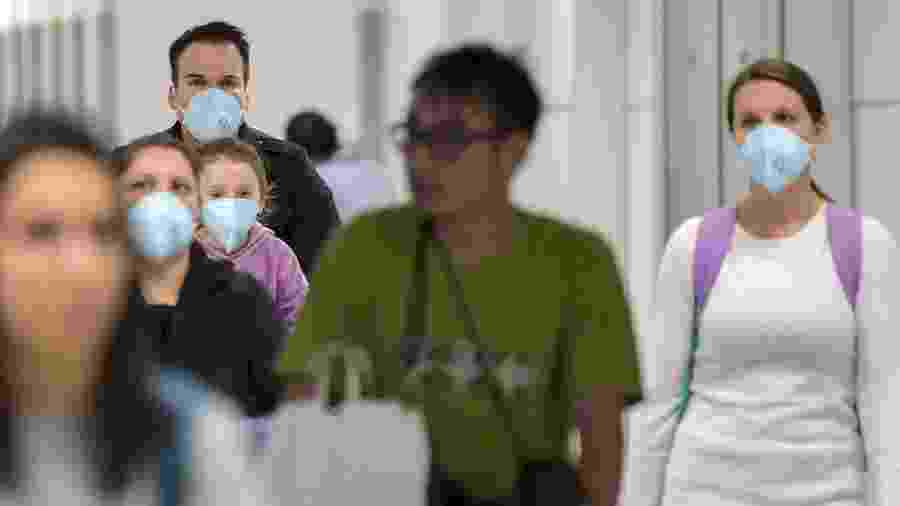 26.fev.2020 - Passageiros desembarcam usando máscaras no Aeroporto Internacional de Guarulhos, em São Paulo - NELSON ALMEIDA / AFP