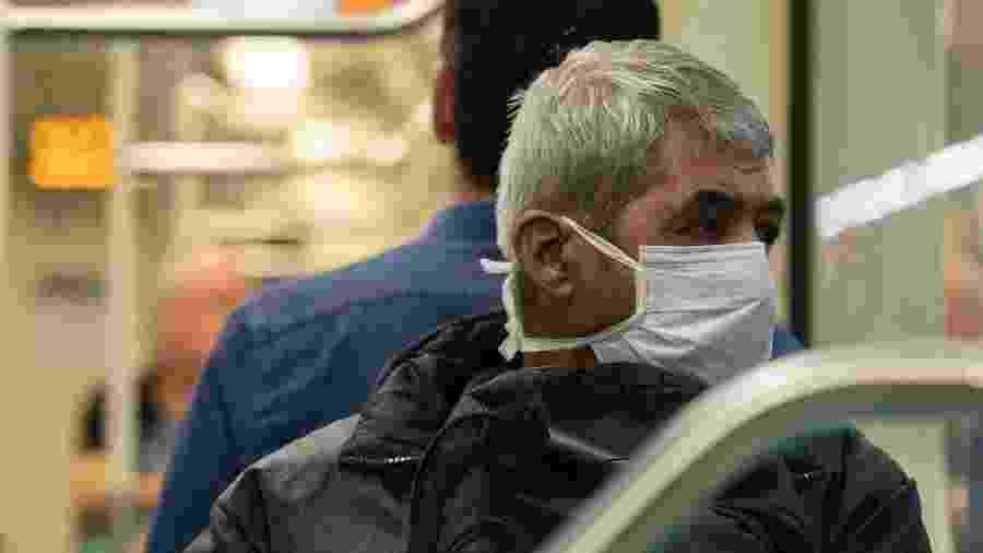 Coronavírus: Homem se protege com máscara em vagão da linha 2 Verde do metrô de São Paulo - Bruno Rocha/Fotoarena/estadão Conteúdo