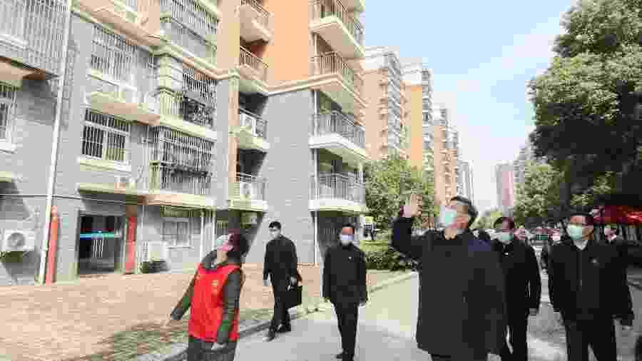 Presidente da China, Xi Jinping, acena para moradores que estão em isolamento em Wuhan - XINHUA