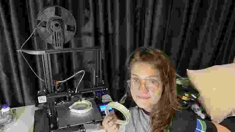 Patricia Soares Micheletto está auxiliando na produção de máscaras usando impressora 3D - Arquivo pessoal/Gabrielle Rodrigues das Neves - Arquivo pessoal/Gabrielle Rodrigues das Neves