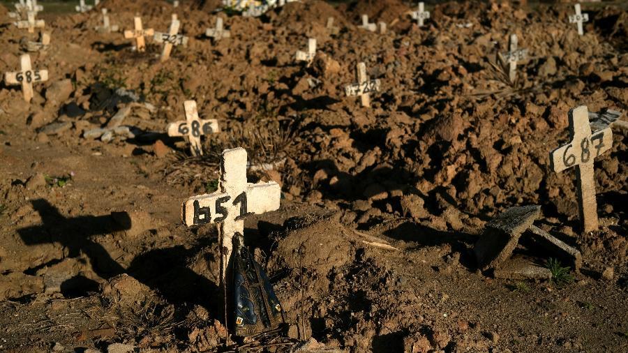Cruzes colocadas sobre túmulos no cemitério São Francisco Xavier durante o surto de doença de coronavírus, no Rio de Janeiro - RICARDO MORAES/REUTERS