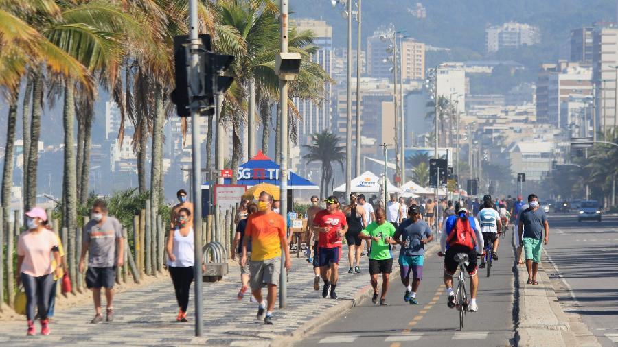 31.mai.2020 - Movimentação intensa no calçadão da praia de Ipanema, apesar da recomendação de isolamento - ELLAN LUSTOSA/CÓDIGO19/ESTADÃO CONTEÚDO