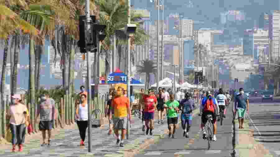31.mai.2020 - Movimentação intensa no calçadão da praia de Ipanema - ELLAN LUSTOSA/CÓDIGO19/ESTADÃO CONTEÚDO