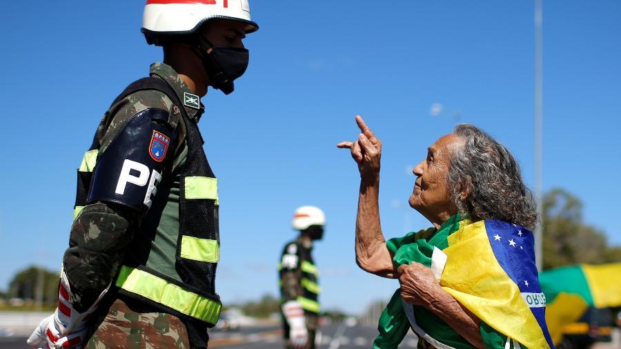 Apoiadora do presidente Jair Bolsonaro durante ato em frente ao Quartel-General do Exército, em Brasília - Adriano Machado