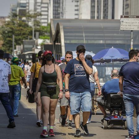 Paulistanos caminham mesmo sob forte calor; a maioria usando máscara de proteção facial - TABA BENEDICTO/ESTADÃO CONTEÚDO