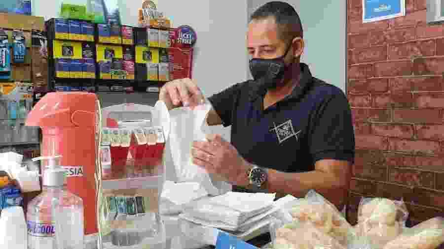César Lemos, 33, proprietário do Empório da CT, comércio de Cidade Tiradentes (SP) - Giácomo Vicenzo/UOL