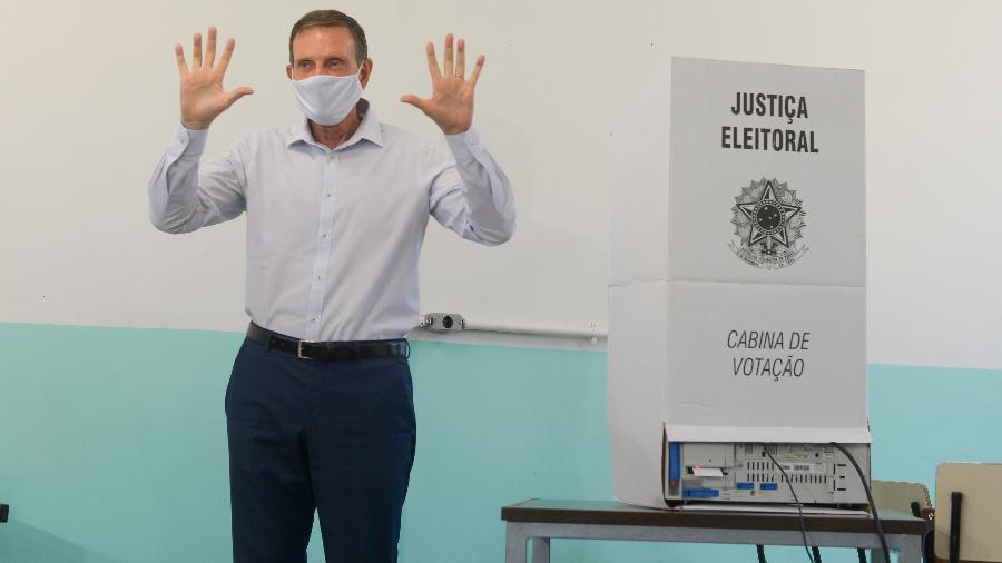O atual prefeito e candidato à reeleição, Marcelo Crivella, do Republicanos, vota na Barra da Tijuca, no Rio de Janeiro - ERBS JR./FRAMEPHOTO/ESTADÃO CONTEÚDO