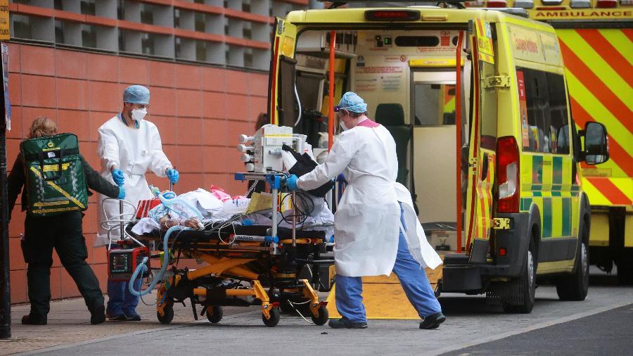 Profissionais da saúde transportam paciente no Hospital Real de Londres, na Inglaterra, em janeiro, durante novo momento crítico da pandemia - Reuters