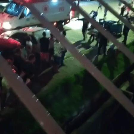 Imagem do resgate de mulher, que não teve identidade divulgada; ela pulou do terceiro andar de prédio para evitar polícia - Reprodução/Redes Sociais