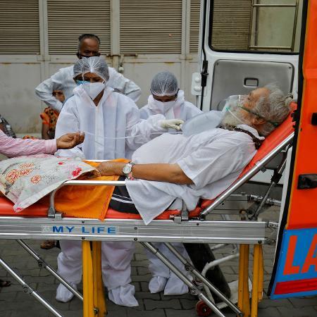 26.abr.2021 - Paciente usando máscara de oxigênio é é levado para um hospital em meio à disseminação da variante Delta na Índia - Amit Dave/Reuters