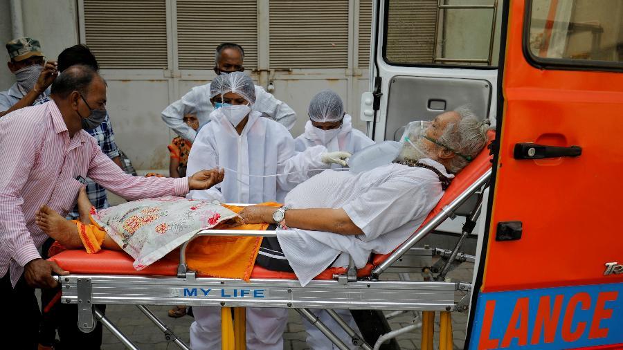 Índia enfrenta superlotação dos hospitais, com muitos deles sem leitos, sem medicamentos e sem oxigênio - Amit Dave/Reuters