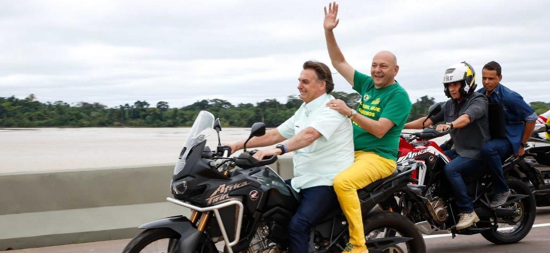"""Luciano Hang, dono das lojas Havan, ganha """"carona"""" em moto com presidente Jair Bolsonaro -- ambos estavam sem capacete - Reprodução/Twitter"""