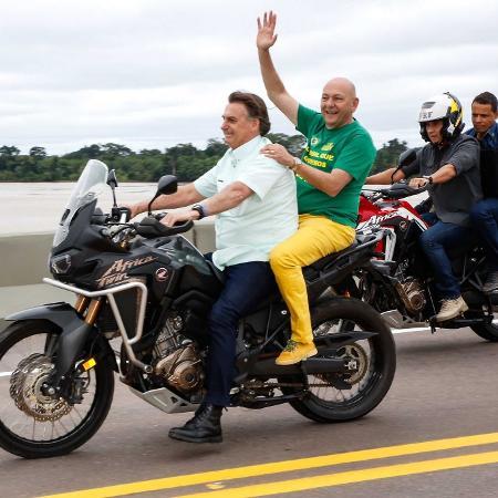 """Luciano Hang, dono das lojas Havan, ganha """"carona"""" em moto com o presidente - Reprodução/Twitter"""