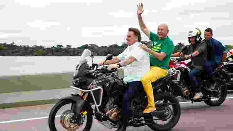 """Luciano Hang, dono das lojas Havan, ganha """"carona"""" em moto com presidente Jair Bolsonaro - Reprodução/Twitter - Reprodução/Twitter"""