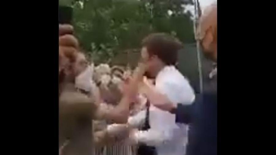 O presidente da França, Emmanuel Macron, levou um tapa no rosto durante uma visita ao departamento de Drôme - Reprodução/Twitter