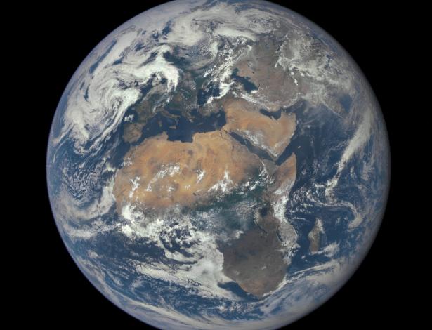 29.jul.2015 - O continente africano está no centro desta imagem tirada pela câmera do satélite DSCOVR (Observatório Espacial do Clima Profundo, sigla em inglês e tradução livre), da Nasa (Administração Nacional de Aeronáutica e Espaço) nesta quarta-feira (29).  A foto foi feita no dia 9 de julho de um ponto bastante vantajoso da Terra, a uma distancia de 1,6 milhão de quilômetros do nosso planeta