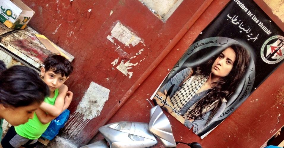 Pôster em Chatila, no Líbano, pede liberdade para a ativista palestina Lina Khattab, presa por forças israelenses durante um protesto na Cisjordânia em dezembro de 2014