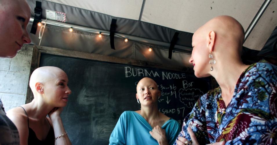 A partir da esquerda: Megan Sanders, Brittany Myers, Helen Phillips e Rachel Fleit se encontram no Sycamore Bar & Flower Shop, no Brooklyn, em Nova York. Quatro mulheres que vivem com alopecia universalis dividem seu apoio mútuo e discutem suas histórias de confusão de identidade, aceitação e coragem