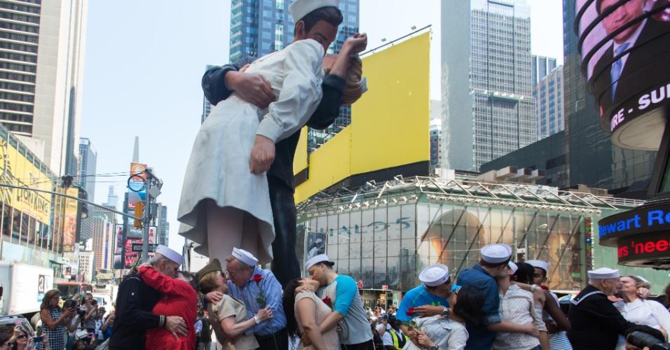 14.ago.2015 - Casais encenam o famoso beijo entre um marinheiro e uma enfermeira durante anúncio do fim da Segunda Guerra Mundial, na Times Square, em Nova York. A imagem registrada pelo fotógrafo Alfred Eisenstaedt completa 70 anos nesta sexta-feira (14) e foi lembrada com um