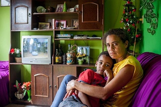3.dez.2015 - Roseli Gomes, que está com marido desaparecido após o rompimento da barragem em Mariana (MG), e o filho, Pedro Emanuel, 5