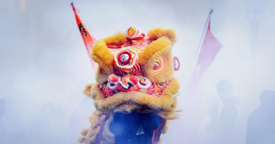 2.jan.2016 - Chineses que moram em Amsterdã, na Holanda, celebram o Ano-Novo Ocidental com a tradicional dança do leão