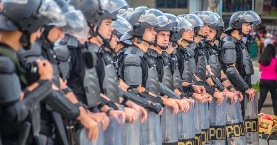 21.jan.2016 - Policiais formam barreira durante concentração para o quinto ato convocado pelo MPL (Movimento Passe Livre) contra o aumento das passagens de ônibus e metrô da capital paulista. A concentração acontece no Terminal Parque Dom Pedro 2º, no centro de São Paulo