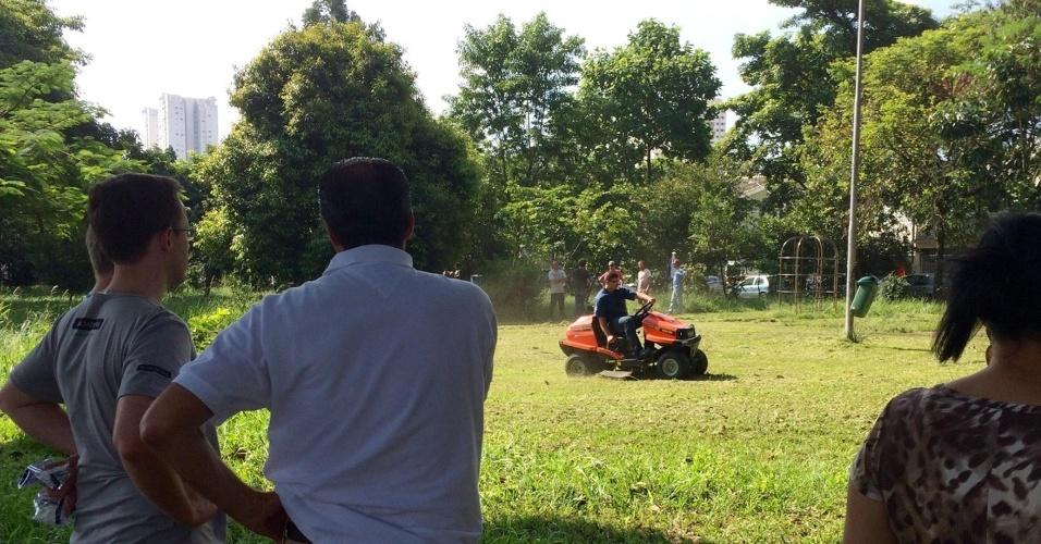 28.mar.2016 - Moradores da região da praça Cyla Remundini, na Vila Leopoldina, em São Paulo, usaram um cortador de grama para deixar o local mais amigável