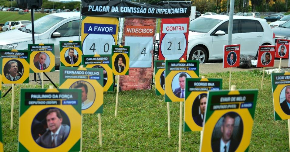 30.mar.2016 - Placas com a posição de cada parlamentar da comissão de impeachment são instaladas no gramado em frente ao Congresso Nacional, em Brasília. A ação é de manifestantes do movimento Vem Pra Rua, que defende a saída da presidente Dilma Rousseff