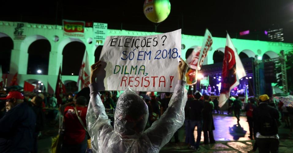 29.abr.2016 - Integrantes da Frente Brasil Popular e sindicalistas realizaram um ato contra o impeachment da presidente Dilma Rousseff na região da Lapa, centro do Rio de Janeiro