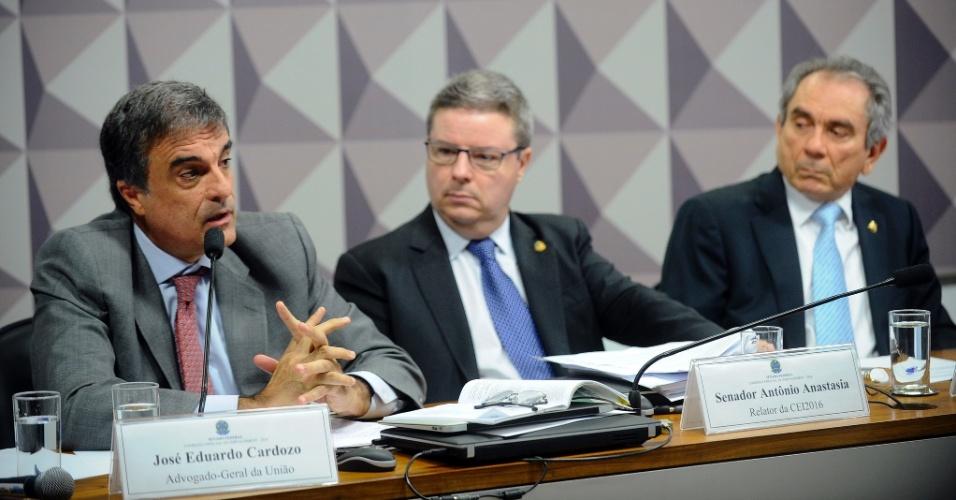 29.abr.2016 - O advogado-geral da União, José Eduardo Cardozo (à esq.), disse na comissão especial de impeachment no Senado, em Brasília (DF), que não houve crime de responsabilidade no governo Dilma. Ao seu lado, o relator da comissão, o senador Antonio Anastasia (PSDB-MG), e o presidente da comissão, Raimundo Lira (PMDB-PB), observam a argumentação