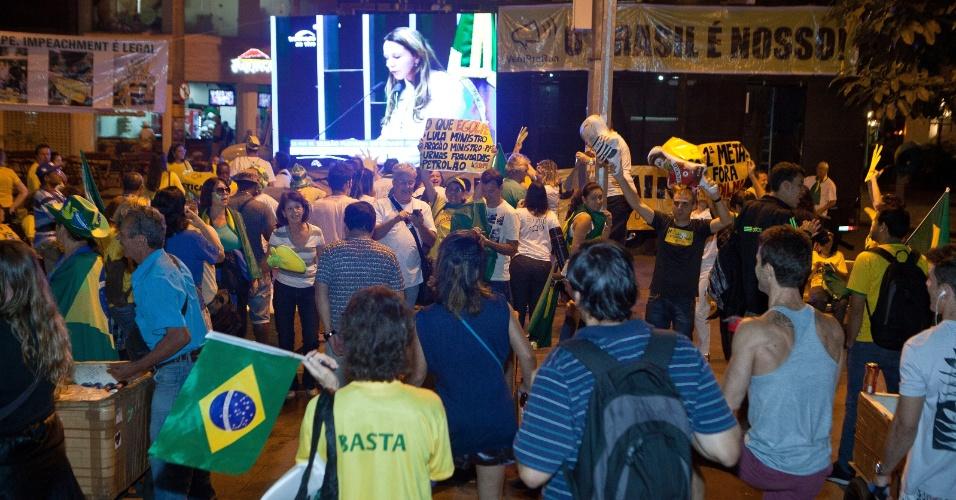11.mai.2016 - Manifestantes acompanham na Praça da Savassi, em Belo Horizonte (MG) os discursos de senadores durante a discussão e votação do processo de impeachment da presidente Dilma Rousseff