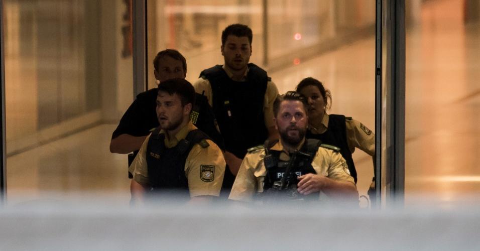 22.jul.2016 - Policiais entram em shopping center em Munique, Alemanha, onde um tiroteio deixou mortos e feridos