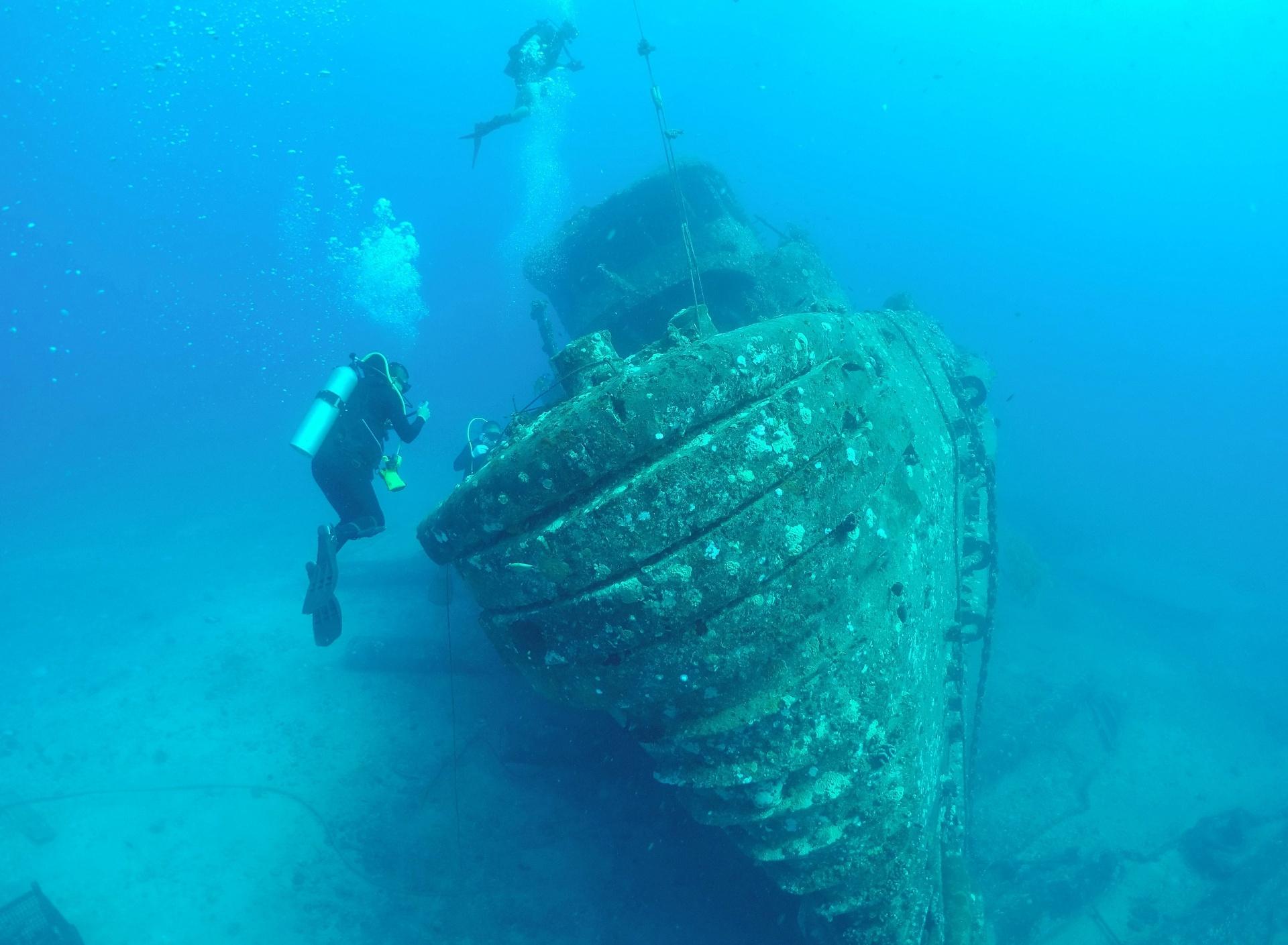 29.jul.2016 - Mergulhadores da Marinha chinesa inspecionam um rebocador naufragado durante exercício de resgate no mar em Oahu, Honolulu, no Havaí. Os oficiais estão participando do maior exercício internacional marítimo de guerra do mundo, apelidado de RIMPAC e organizado pela Marinha dos Estados Unidos