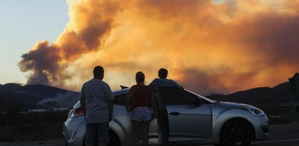 Pessoas observam incêndio em Lytle Creek, Califórnia, EUA