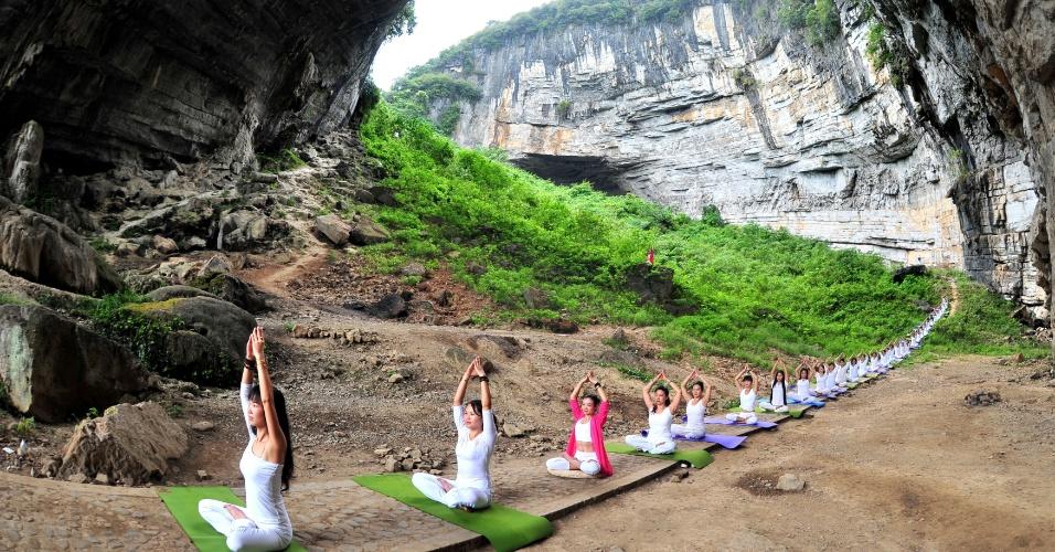 12.set.2016 - Praticantes de ioga fazem aula com uma bela vista na caverna em Yueyan, na província de Hunan, na China