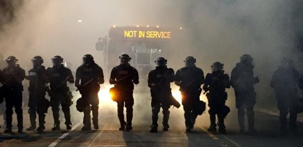 Policiais bloqueiam rua em Charlotte durante protestos contra violência policial - Adam Rhew / Reuters