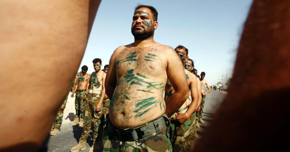 24.set.2016 - Integrantes das forças governamentais participam de parada militar na cidade de Najaf, no Iraque