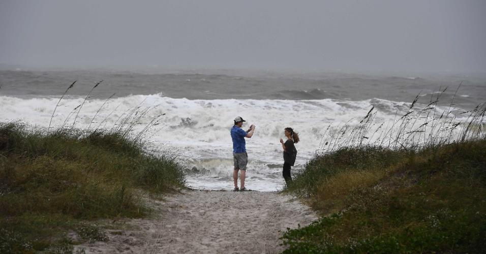6.out.2016 - Moradores visitam praia de Jacksonville, cidade mais populosa do Estado norte-americano da Flórida, antes da passagem do furacão Mattew