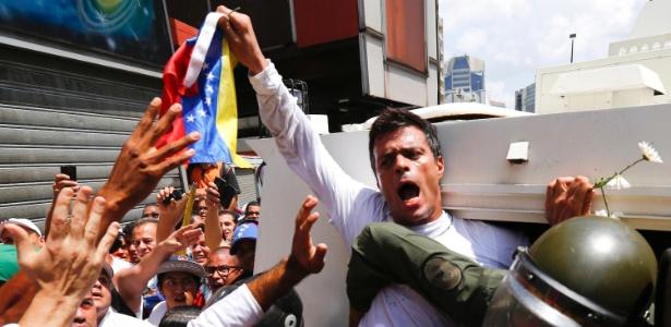 18.fev.2014 - Leopoldo López é colocado dentro de carro da Guarda Nacional durante protesto contra o governo de Nicolás Maduro, em Caracas