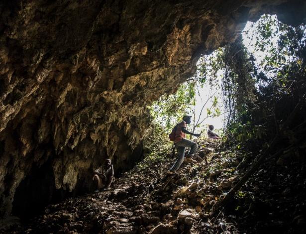 Haitianos se abrigam em caverna, única proteção após a passagem do furacão Matthew