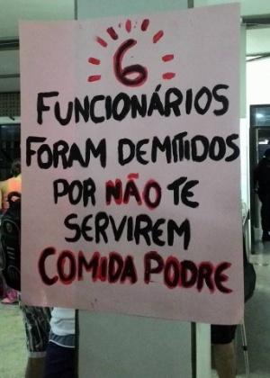 Cartaz na UFPB denuncia demissões de funcionários do restaurante universitário