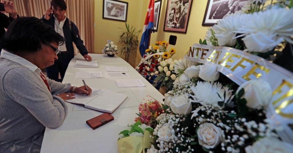 26.nov.2016 - Pessoas assinam livro de condolências na Embaixada de Cuba em Quito, no Equador, pela morte do ex-líder cubano Raúl Castro