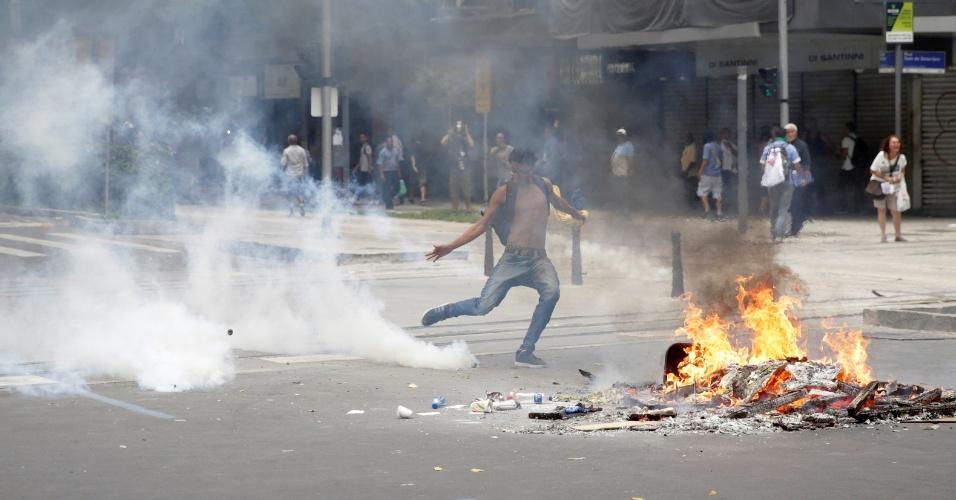 1.fev.2017 - O protesto de servidores do Estado do Rio de Janeiro contra as medidas anticrise do governo terminou com vandalismo e confrontos entre manifestantes e policiais militares próximo à Alerj (Assembleia Legislativa do Rio)