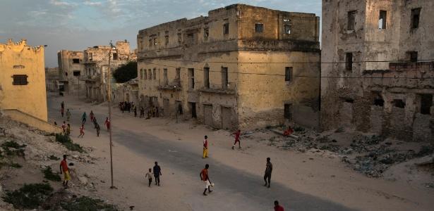 Crianças jogam bola em Mogadício, Somália