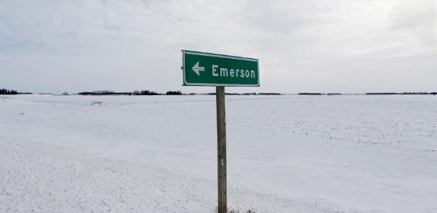 Placa sinaliza a pequena cidade de Emerson, na província canadense de Manitoba, próximo do ponto da fronteira entre EUA e Canadá que refugiados têm cruzado à pé