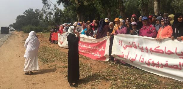 Mulheres protestando contra a privatização de terras tribais,em Oulad Sebata, no Marrocos
