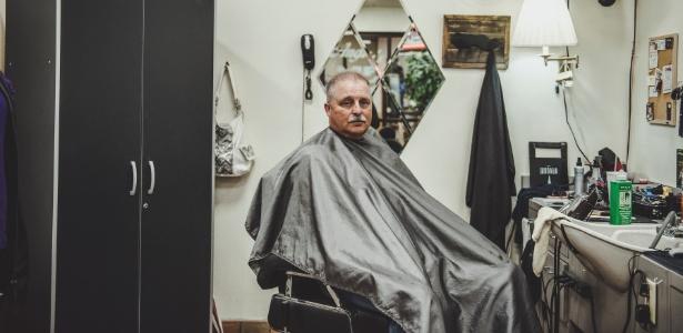 Robb Hurley aproveita a parada em Effingham, Illinois, para cortar o cabelo